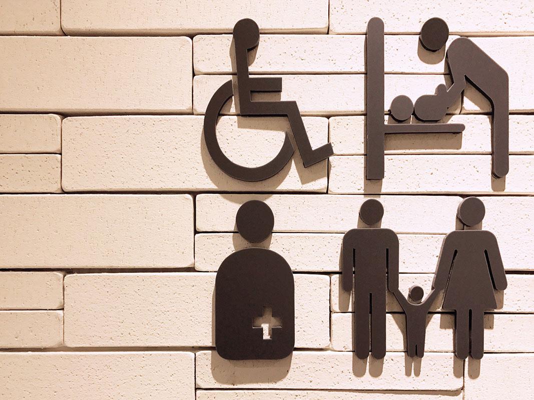 左下のピクトサインがオストメイト対応を示す多目的トイレの案内の写真